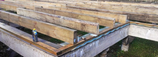 Нижняя обвязка каркаса дома из деревянного бруса