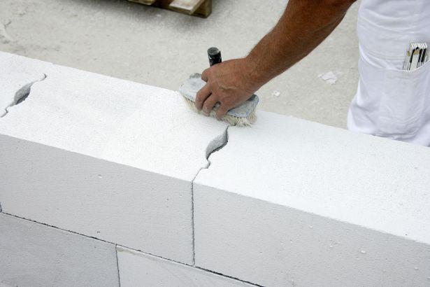 Пример кладки стены из газосиликатного кирпича. Расшивка швов.