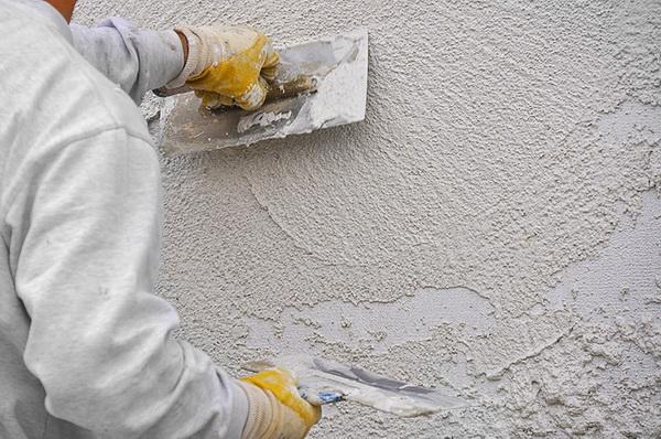 Нанесение теплой штукатурки для стен