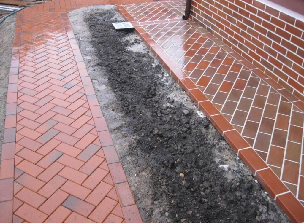 Красивая отмостка из тротуарной плитки с расшивкой швов