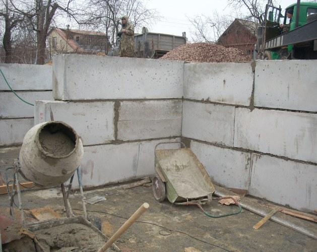 Фундаментные блоки при возведении цоколя