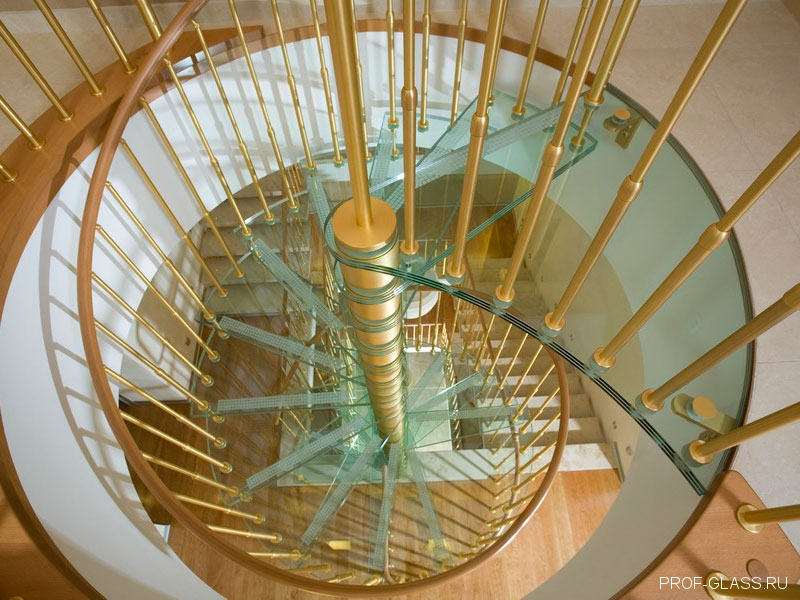 Больцевая лестница из стекла