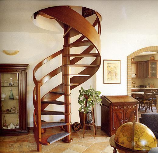 Пример винтовой лестницы на второй этаж в загородном доме