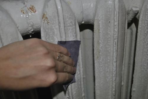 Снятие старой краски на радиаторе